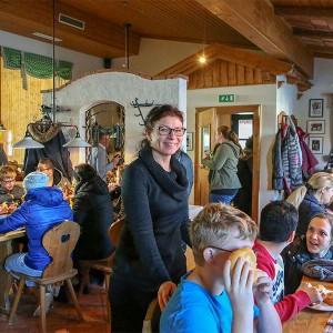 Die Direktorin der Peter Petersen Landesschule Frau Birgit Engleder kuemmert sich liebevoll und das leibliche Wohn ihrer Schueler