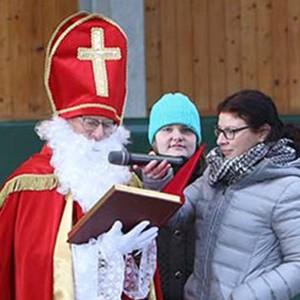 Nikolaus der Peter Petersen Landesschule erzählt Geschichten rund um die Schule