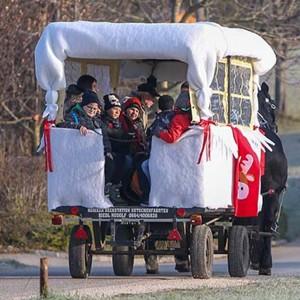 Nikolauskutsche mit Kinder der Petersen Landesschule unterwegs